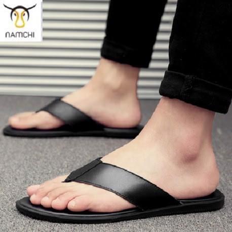 Dép ít quai sẽ phô trọn mọi khuyết điểm của bàn chân to