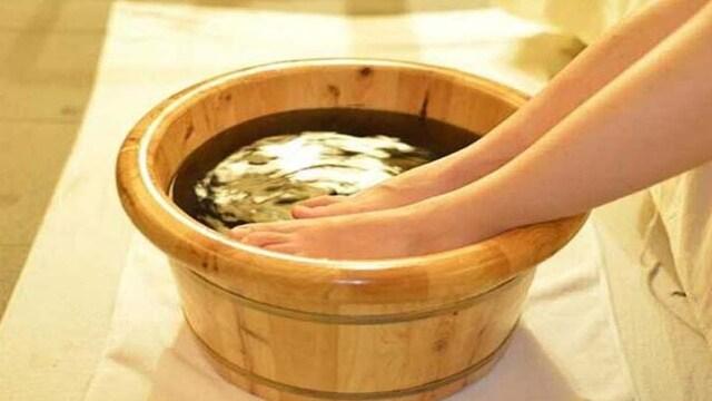 ngâm nước ấm chữa đau chân do đi giày cao gót