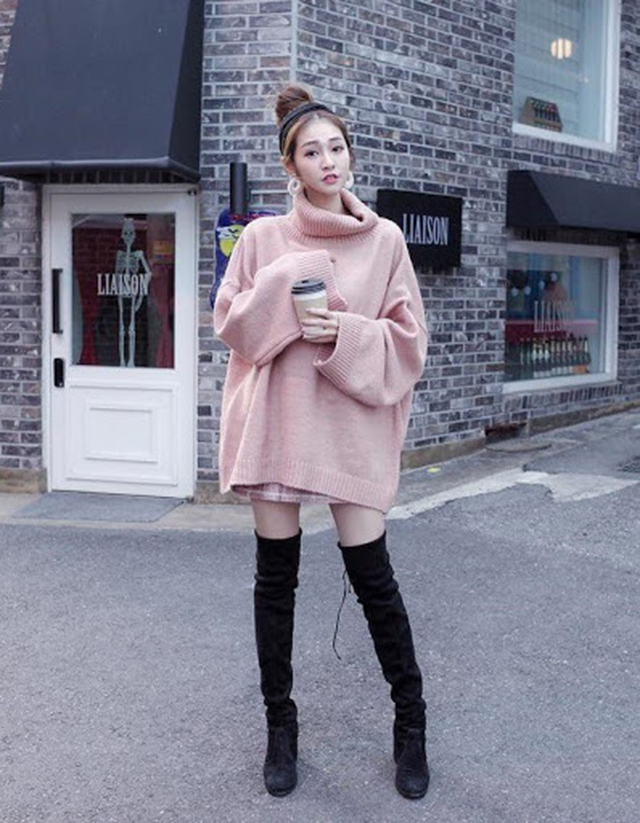 Giày boot kết hợp với áo váy oversize