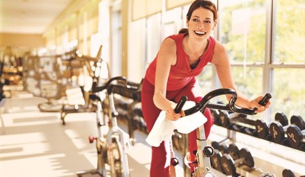 Bài tập đạp xe kết hợp ta tay sẽ giúp các cơ bắp săn chắc lại một cách nhanh chóng
