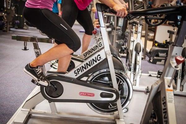 Để tập để không làm to bắp chân cần khởi động trước khi tập