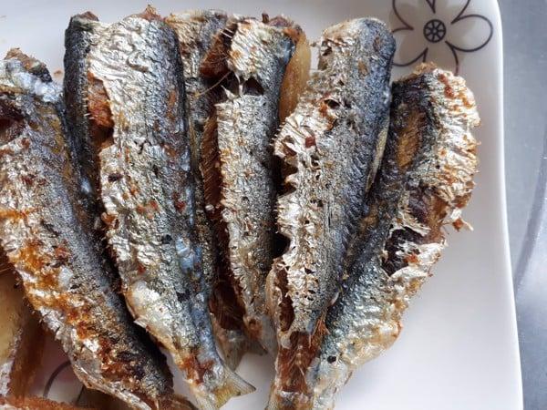 cá trích tươi rán lên ăn rất ngon