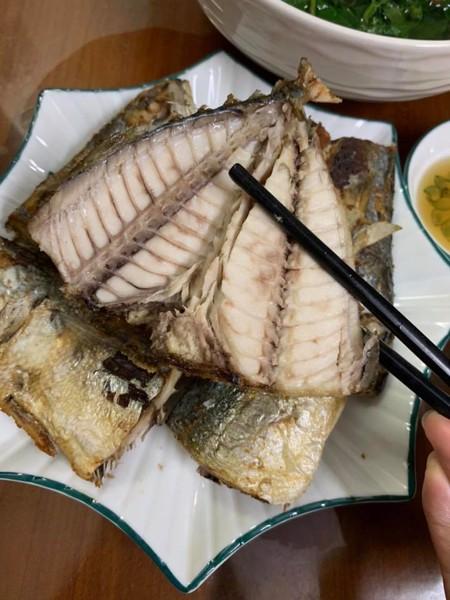 Cá bạc má rán ăn rất thơm ngon: