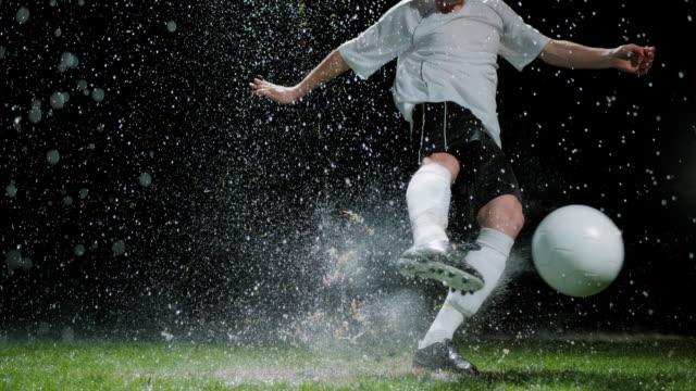 Hạn chế di bóng, sử dụng đường chuyền ngắn sẽ đạt hiệu quả cao hơn khi thi đấu trời mưa