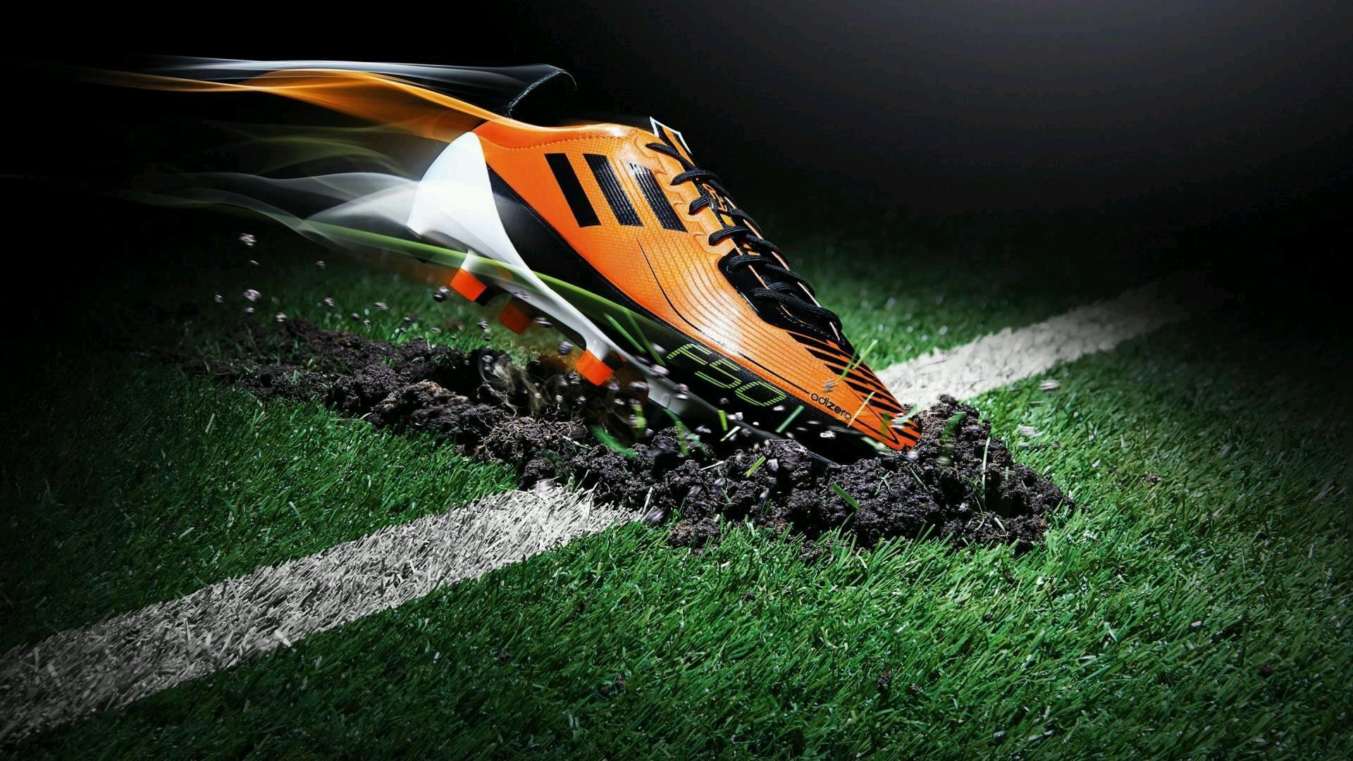 Giày đá bóng đế TF, lựa chọn thích hợp khi thi đấu trên sân cỏ nhân tạo vào trời mưa
