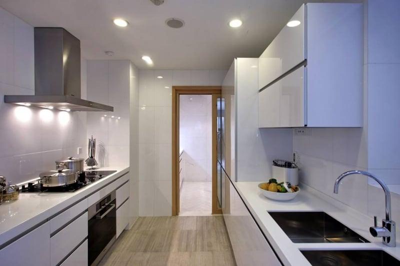 Trang trí nhà bếp đơn giản với hai kệ bếp song song