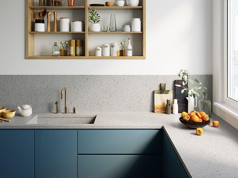 Mặt bàn bếp ứng dụng đá solid surface HI-MACS LG HAUSYS mã G502 và đồ đạc được bố trí gọn gàng ngăn nắp giúp mang lại những cảm xúc tích cực