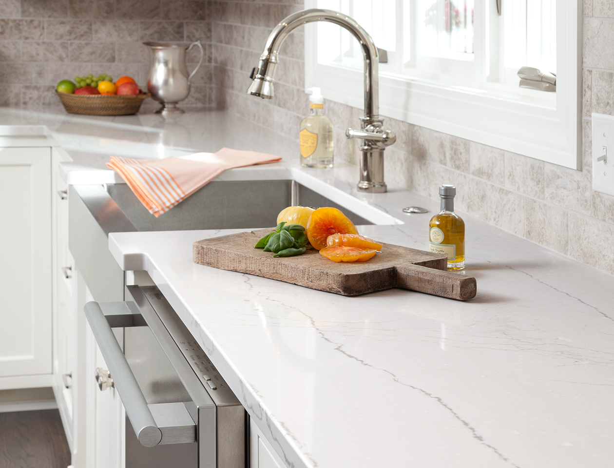 Trang trí nhà bếp đơn giản với đá ốp lát tông màu trắng