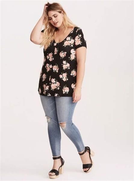 Để diện quần jeans đẹp, nàng nên chọn những chiếc quần có gam màu tối, thiết kế ôm sát, hoặc cạp cao.