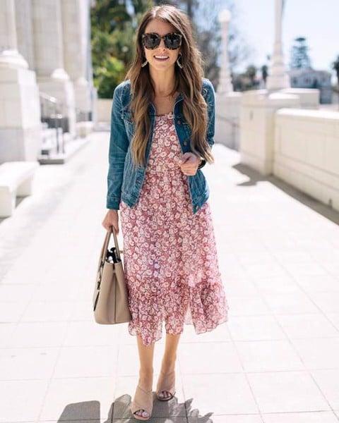 áo khoác jean với đầm hoa