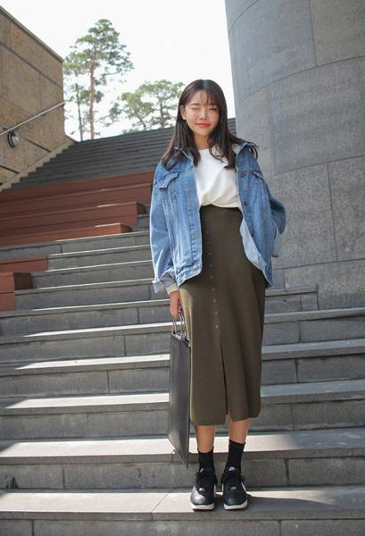 khoác jean cùng chân váy midi nữ tính