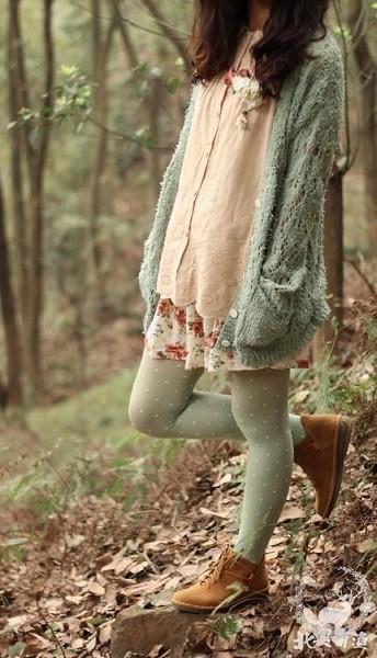 kết hợp áo len dài sáng màu