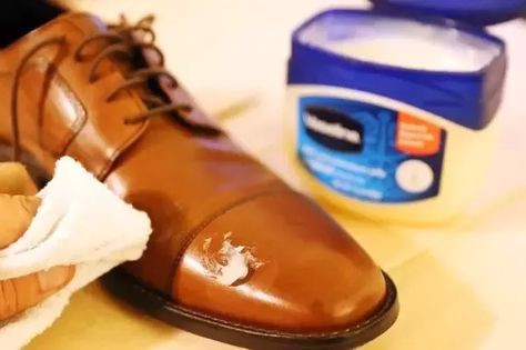 Dùng vasselin làm mềm bề mặt giày