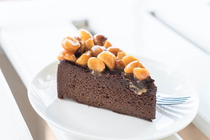 Bánh gato kết hợp với nhân macca giòn béo giúp tăng khẩu vị