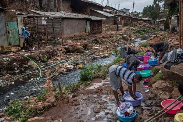 Ô nhiễm nguồn nước là một trong những nguyên nhân gây ra kháng kháng sinh. Ảnh: New York Times