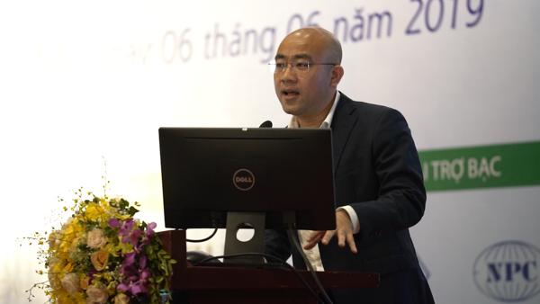 Ông Ngô Thanh Sơn trình bày bài tham luận về Giải pháp Tele - ECG