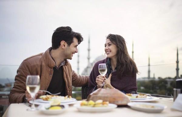 Bạnnên xịt nước hoa vào buổi sángsau khi tắm xong. Hoặcvào ban đêm trước khi ra ngoài để hẹn hòvới bạn bè và người yêu nhé!