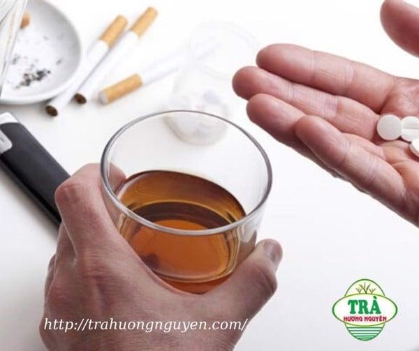 không uống trà với thuốc