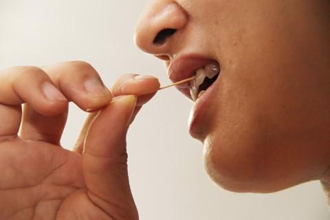 dùng tăm xỉa răng