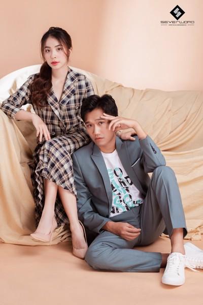 Xuân Nghị diện Vest Seven Uomo bên cạnh bạn gái Nhiên trong phim Nhà Trọ Balanha