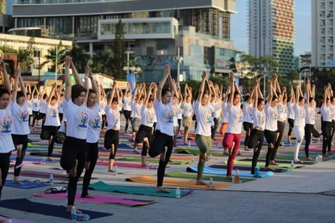 Over 500 people join mass yoga session in Nha Trang