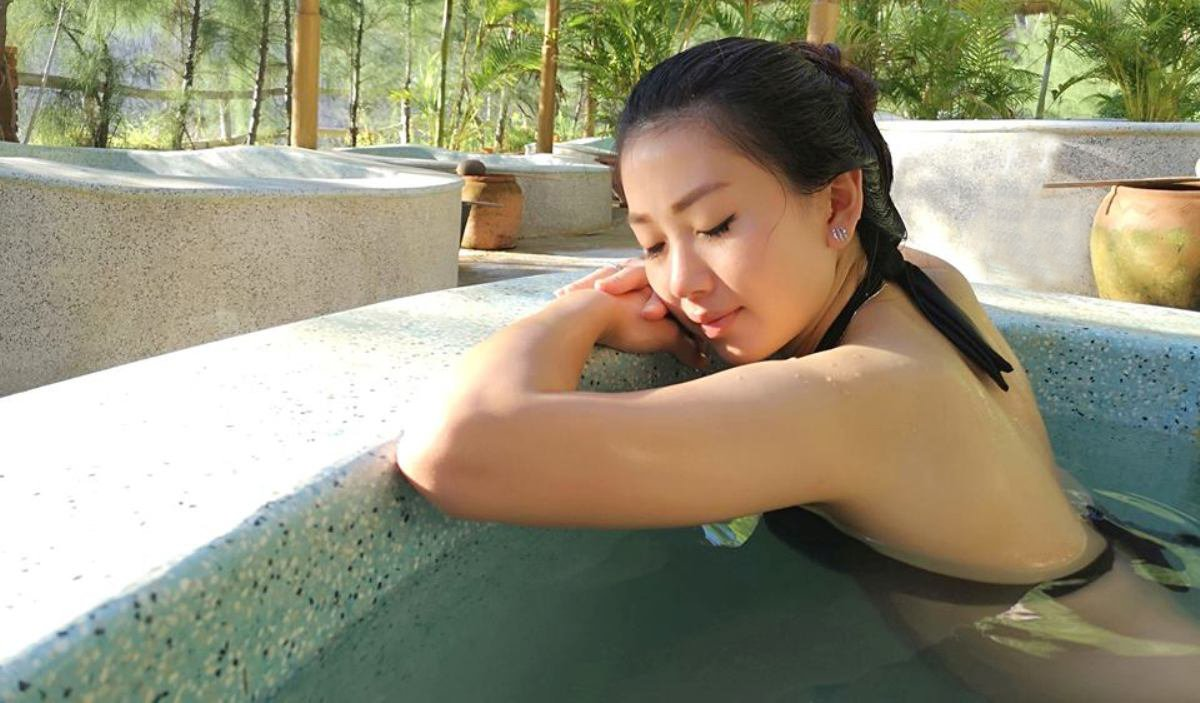 Hot mineral mud bath
