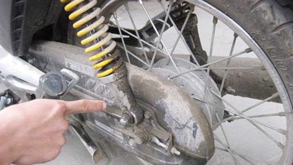 Bộ giảm xóc sau xe máy bị chảy dầu
