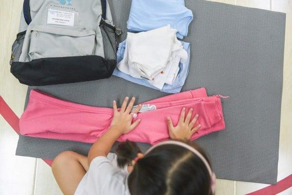 hình ảnh các bạn nhỏ trường bambino gấp quần áo