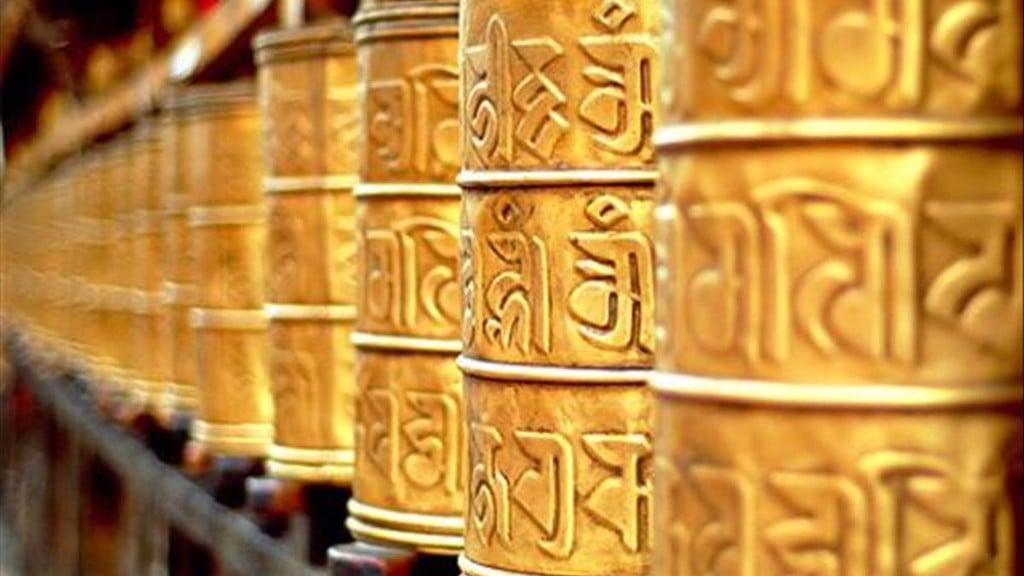 Bánh xe kinh luân được đính khắc chú Om Mani Padme Hum