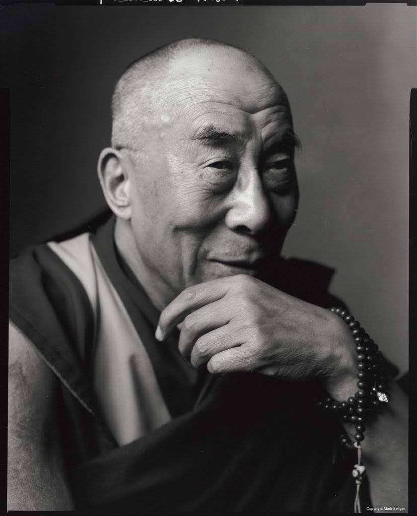 Đức Dalai Lama mang tràng hạt đính Đá Dzi