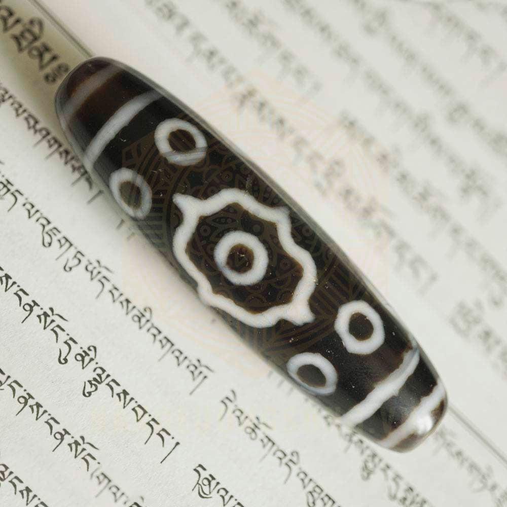 Ý nghĩa đá Dzi 13 Mắt trì giữ bởi Năng Lượng Sống