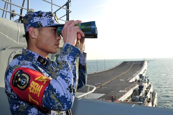 Lính thủy Trung Quốc đang sử dụng ống nhòm Ảnh Reuters