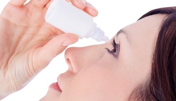 Dùng thuốc nhỏ mắt để chăm sóc mắt
