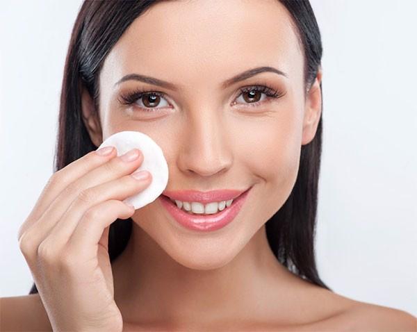 Tẩy trang là bước đầu tiên trong quy trình dưỡng da đúng cách cho da dầu