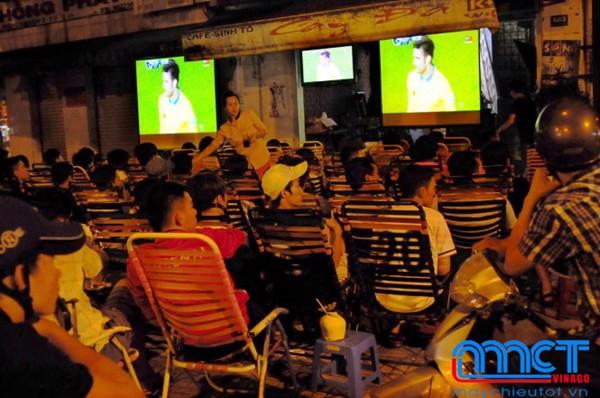 máy chiếu xem bóng đá