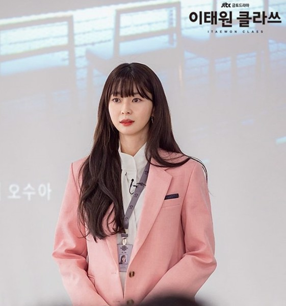 Oh Soo Ah diện suit hồng phấn
