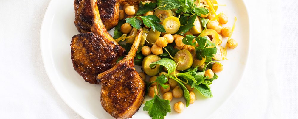 https://file.hstatic.net/1000384302/collection/paprika-lamb-with-green-olives-mint-and-chickpea-salad-copy1000_69a5d95fa39b497aa89c3ce181bcbf8e.jpg