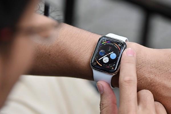 (Điều chỉnh độ sáng hình nền trên Apple Watch)