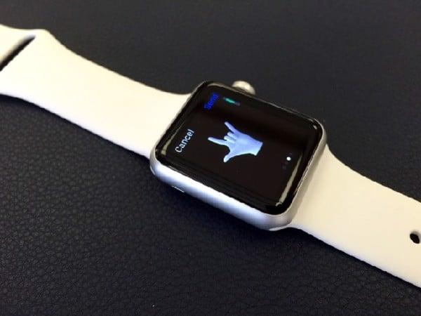Miếng dán màn hình và lớp cacbon bảo vệ thân là phụ kiện Apple Watch giá rẻ không thể không nhắc đến