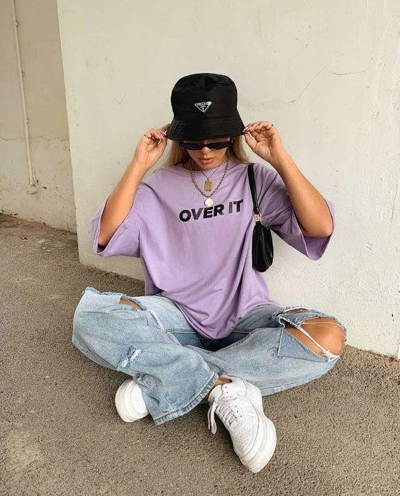 Mix quần jean với áo thun và mũ