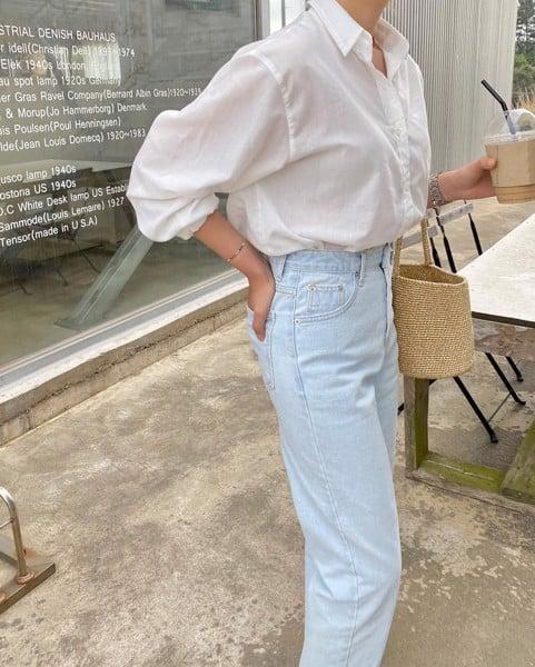 ao-so-mi-trang-nu-ket-hop-quan-jeans-xanh