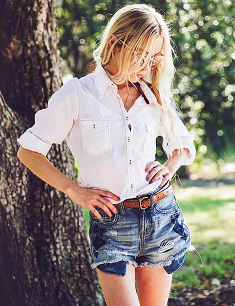 ao-so-mi-trang-nu-ket-hop-quan-short-jeans