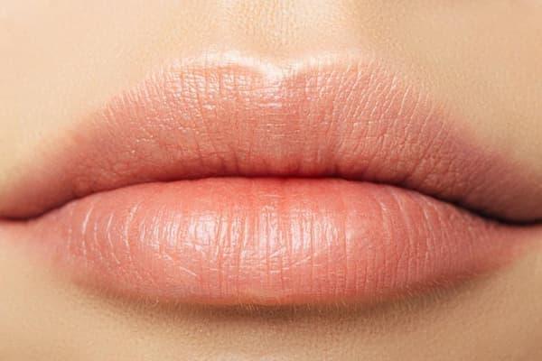 Phun môi là gì? Phân biệt phun môi và xăm môi