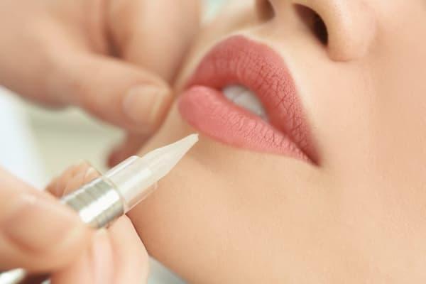 Phân biệt phun môi và xăm môi: