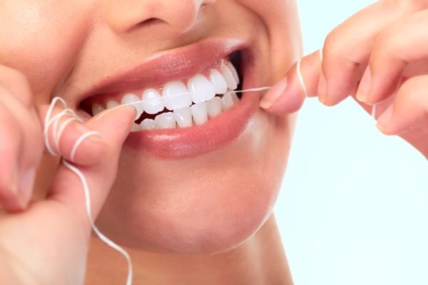 Kết hợp giữa đánh răng và sử dụng chỉ nha khoa để bảo vệ sức khỏe răng miệng.