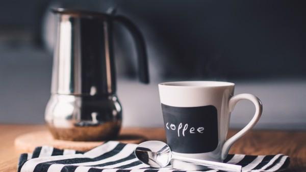 Một tách cà phê sáng có thể giúp bạn tỉnh táo, nhưng hãy nhớ súc miệng để tránh hôi miệng.