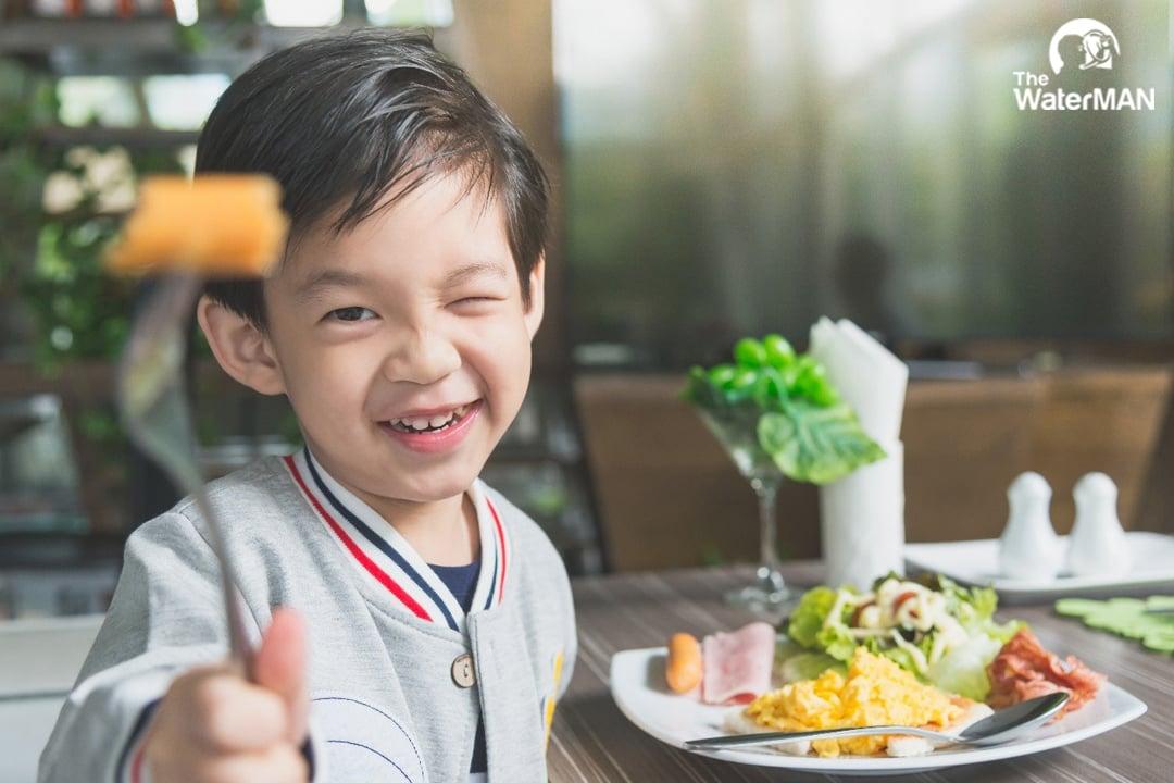 Bố mẹ nên cân đối dinh dưỡng để đảm bảo việc bé đủ năng lượng, khoáng chất, dinh dưỡng để hoạt động