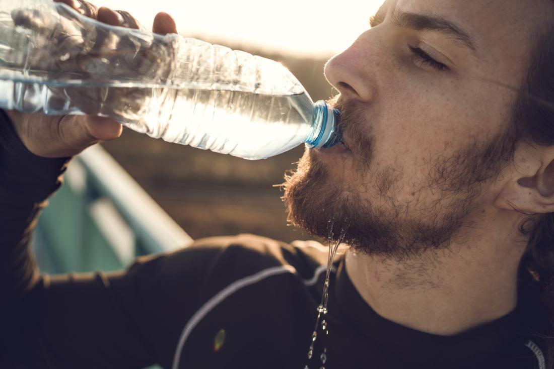 Khát nước là một trõng những dấu hiệu để nhận biết cơ thể đang mất nước