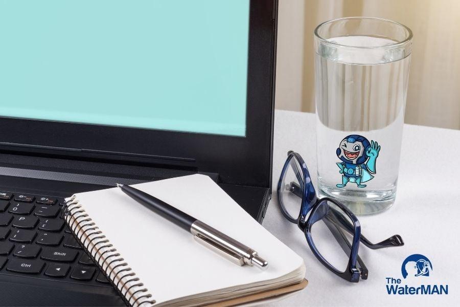 Tập thói quen uống nhiều nước bằng cách đặt ly nước trên bàn làm việc