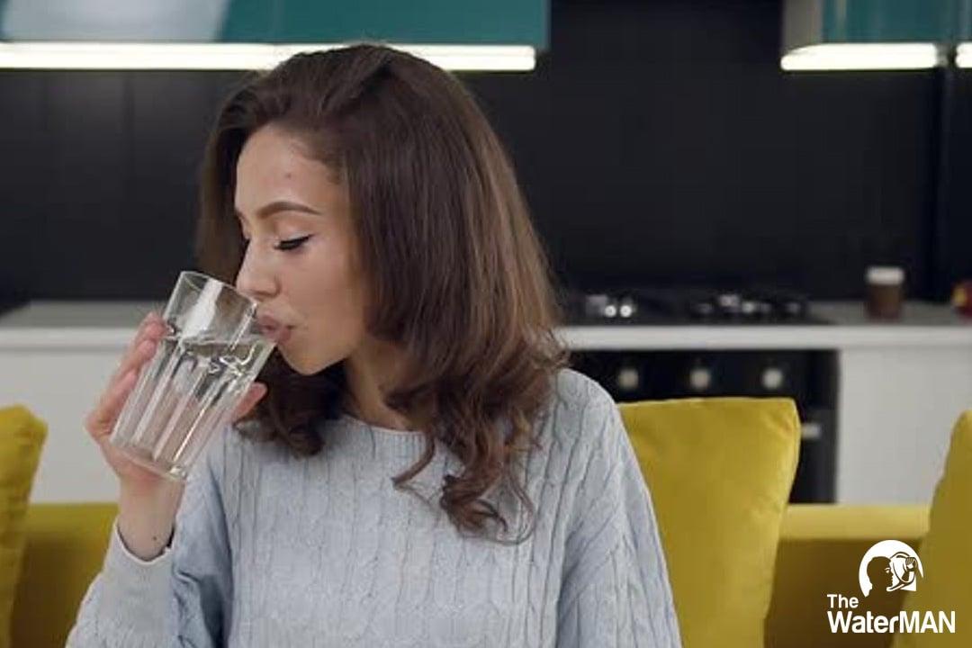 Uống nước đúng cách là uống chậm, từng ngụm nhỏ, ngồi uống